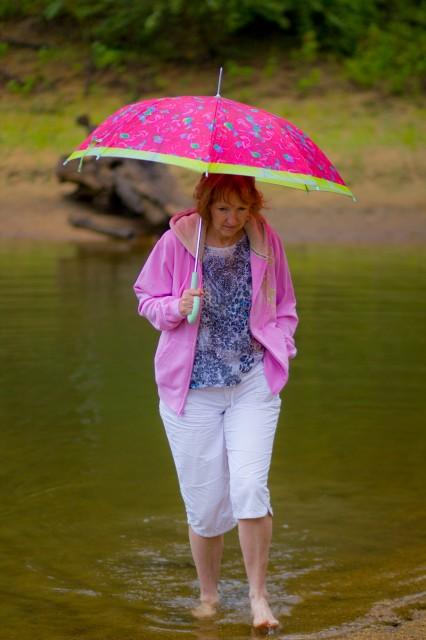 mom splashes with umbrella
